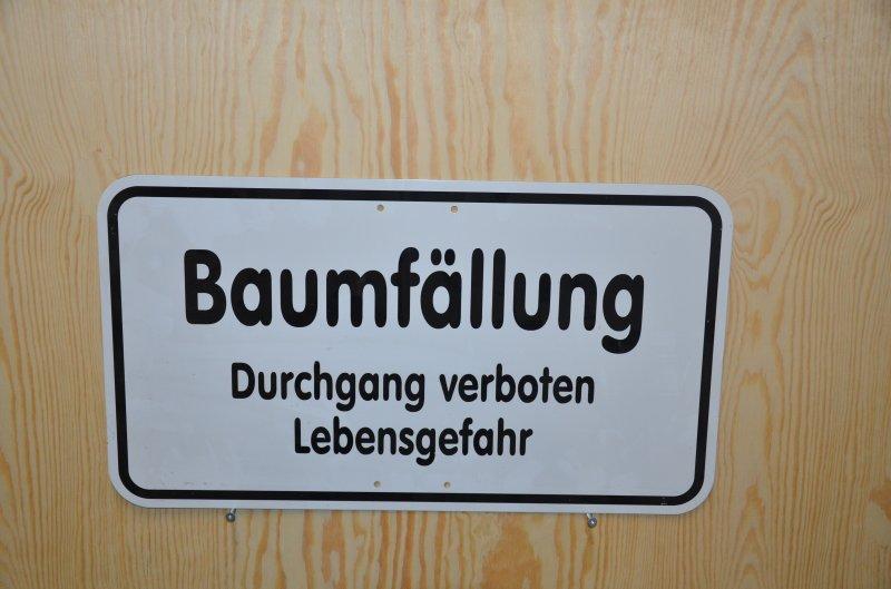 Schild Baumfällung Durchgang verboten